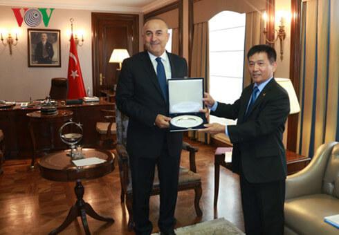 Bộ trưởng Ngoại giao Thổ Nhĩ Kỳ Mevlüt Çavuşoğlu tặng quà lưu niệm cho Đại sứ Nguyễn Thế Cường