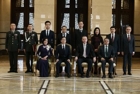 Tổng thống Recep Tayyip Erdoğan chụp ảnh lưu niệm với Đại sứ, Phu nhân và các cán bộ ngoại giao Đại sứ quán