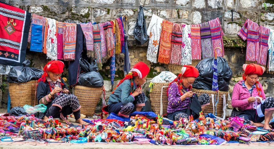 Những món quà thổ cẩm tinh xảo của người dân tộc thiểu số vùng Sa Pa.