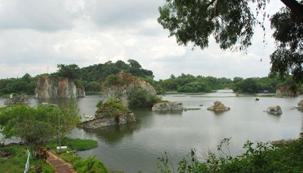Khung cảnh hồ Long Ẩn
