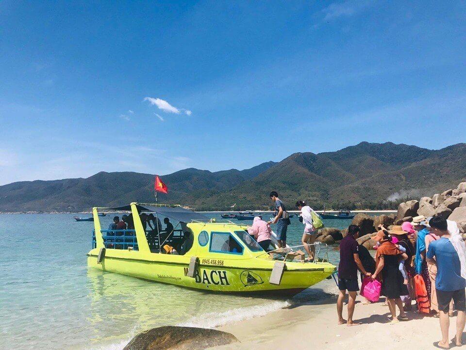 Du lịch Bình Hưng du khách có thể thuê những chiếc thuyền đáy bằng kính ngắm biển ngắm san hô.
