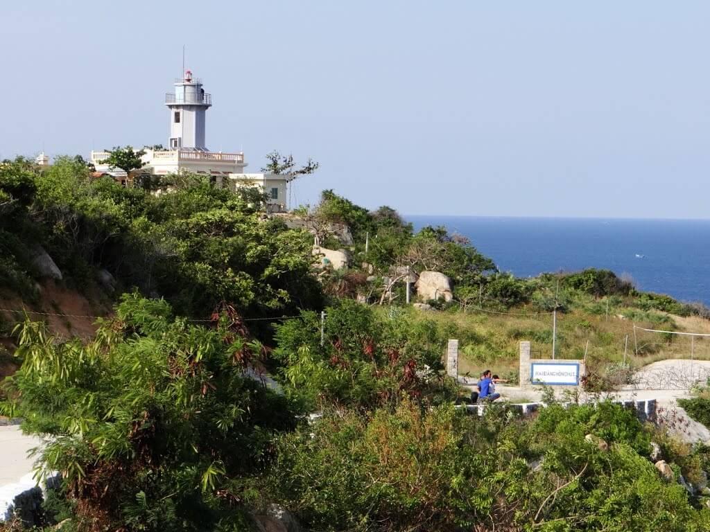 Ngọn hải đăng Hòn Chút nhìn từ phía đằng xa toát lên một nét gì đó thu hút khó tả.
