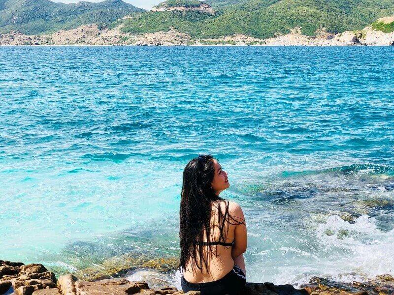 Nước biển xanh ngắt tại bãi cây Me.