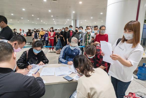 COVID-19: Việt Nam tạm dừng nhập cảnh với người nước ngoài từ 22.3