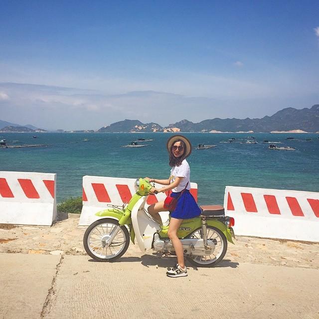 Thuê xe máy vu vu quanh các con đường ngõ ngách cũng là một trong những trải nghiệm thú vị khi du lịch đảo Bình Ba