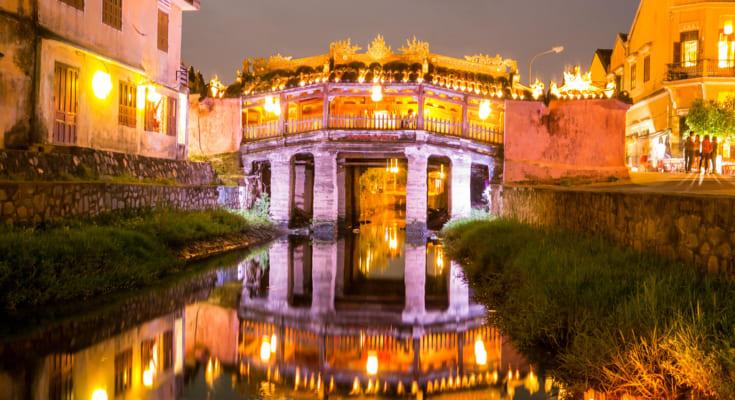 Về đêm, chùa cầu hội an đẹp tựa một bức tranh đa màu sắc