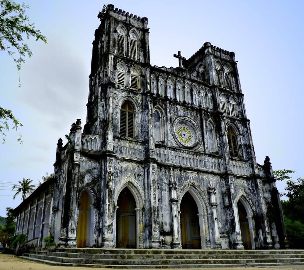 Nhà Thờ Mằng Lăng với thánh đường được xây dựng trong một quả đồi nhân tạo.