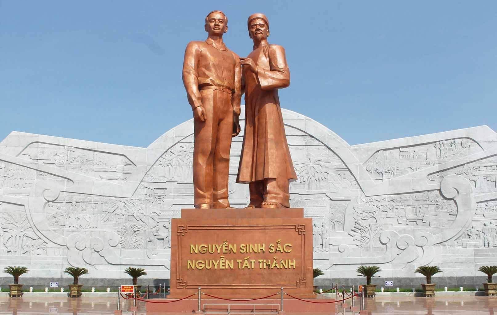 Tượng đài Nguyễn Sinh Sắc – Nguyễn Tất Thành. - Tượng đài của lòng yêu và tình cha con thiêng liêng.